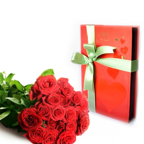 roses-with-valentines-chocs